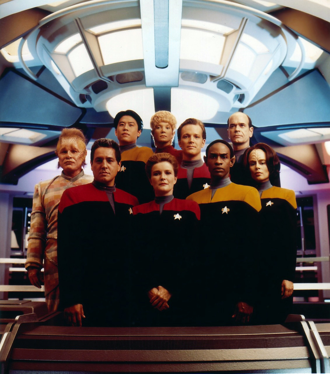 http://images3.wikia.nocookie.net/__cb20070330231639/memoryalpha/en/images/e/e0/Voyager_Cast_with_Kes.jpg