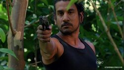 5x15-sayid-waffe