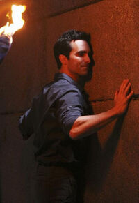 5x16-Richard-Statue-Wall