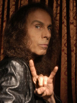 Ronnie James Dio fa il segno del metal