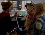 Janeway versucht Neelix zu einem Treffen zu berreden