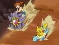 EP033 Misty montada en Starmie y Pikachu en Squirtle de Ash