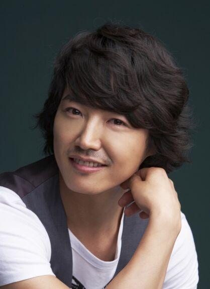 http://images3.wikia.nocookie.net/__cb20110426090159/drama/es/images/thumb/6/67/Yoon_Sang_Hyun8.jpg/418px-Yoon_Sang_Hyun8.jpg