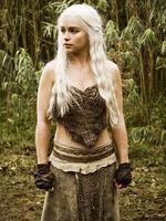 La Généalogie et l'Histoire des grandes maisons des Sept Couronnes [Rôles Publics] 150px-Daenerys-Targaryen-game-of-thrones-17085071-360-480