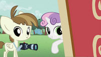 Sweetie Belle telling Featherweight to take photos S2E23