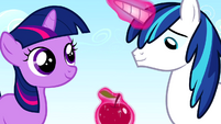 Twilight and Shining Armor sharing an apple S02E25