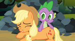 Spike scratches Applejack more S3E9