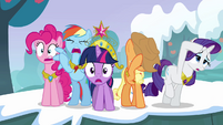Twilight and her friends can&#39;t believe what they&#39;re seeing S03E10
