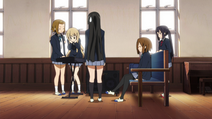Ritsu tries out Mugi's keyboard